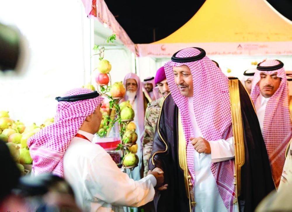 أمير الباحة يلتقي أحد المزارعين. (عكاظ)