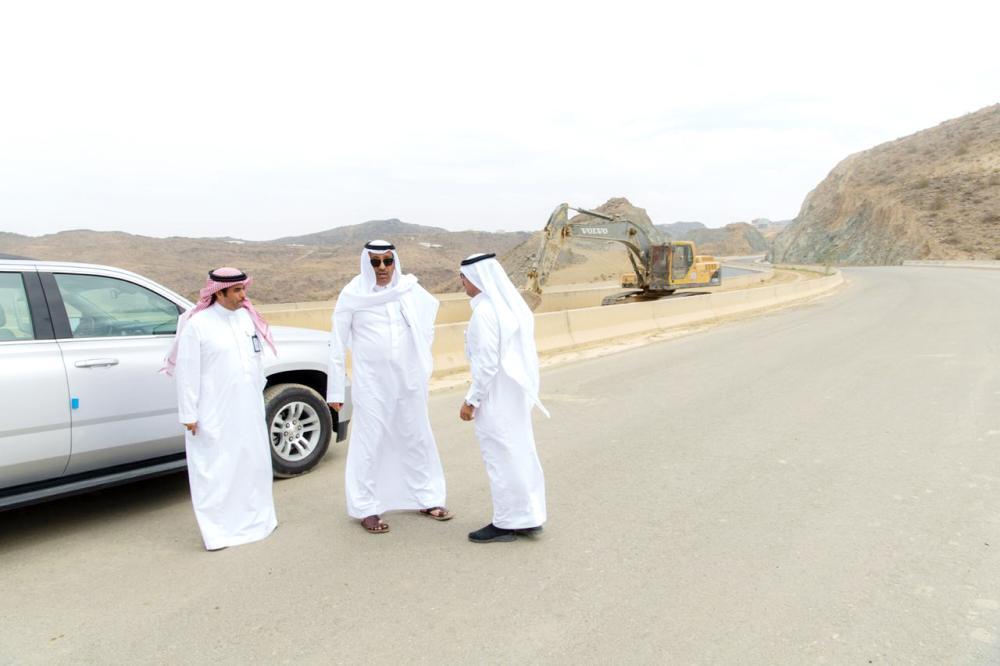 أمير الباحة يقف ميدانيا على الطريق الدائري