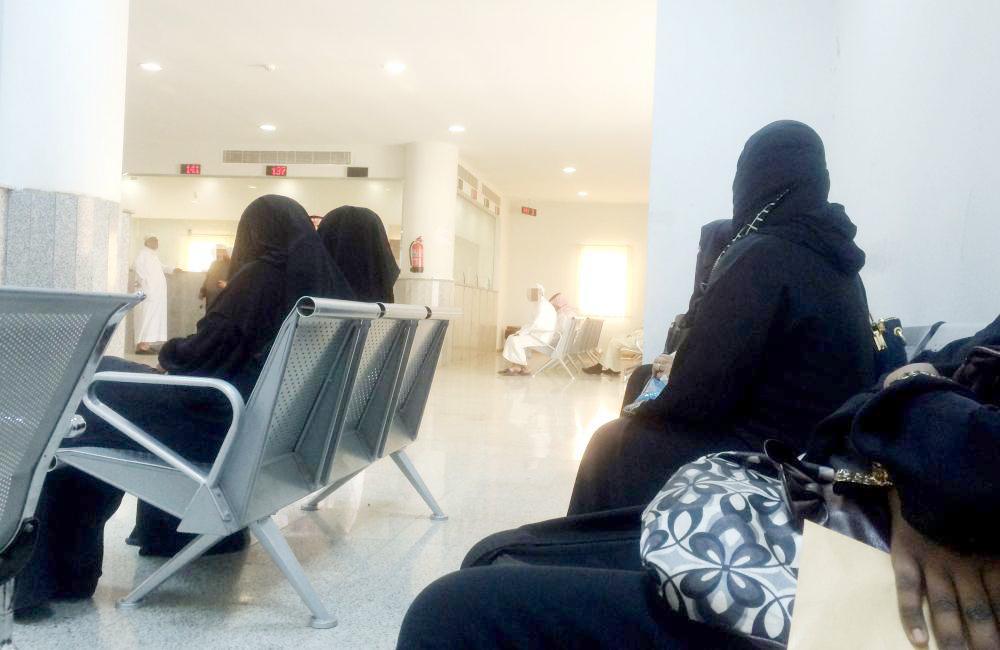 سيدات أثناء مراجعتهن محكمة الأحوال الشخصية في جدة. (عكاظ)