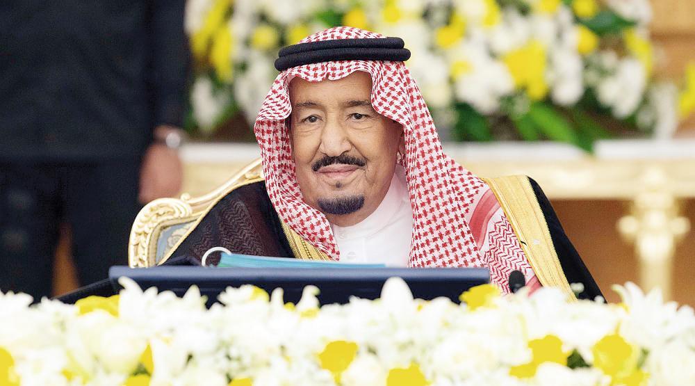 الملك سلمان في جلسة مجلس الوزراء أمس.