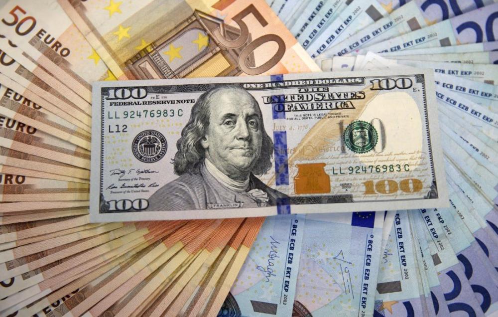 مخاوف الحرب التجارية تدعم مكاسب الدولار