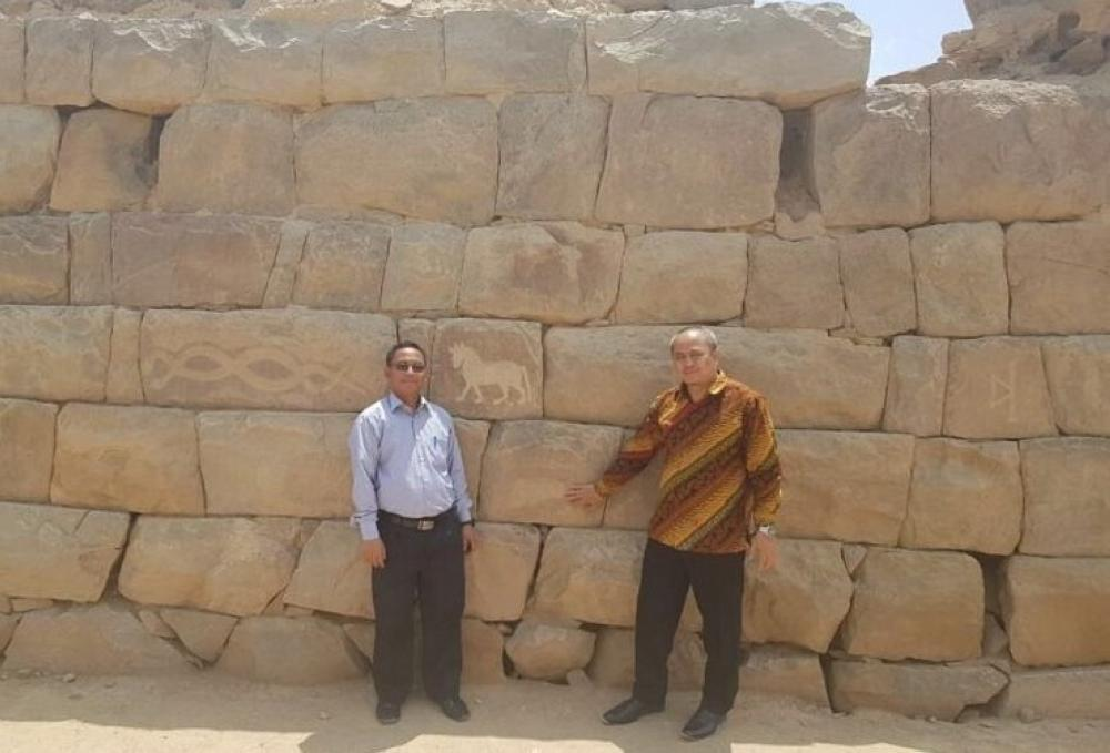 The Indonesian Consul General in Jeddah, Shafa'at Ghafoor Mohammed, visited yesterday (Tuesday) Al-Okhdood Archaeological Site in Najran.