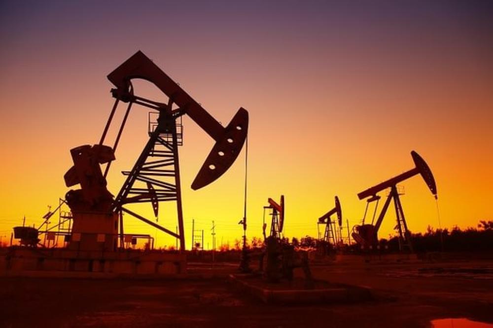 النفط يرتفع بفعل مخاوف المعروض لكن القلق بشأن الطلب يضغط