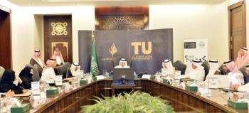 الأمير خالد الفيصل خلال ترؤسه الاجتماع التأسيسي الرابع لمجلس أمناء الأكاديمية.