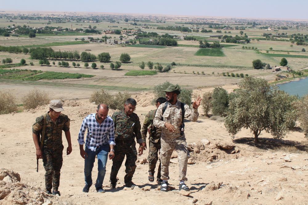 الزميل الغضوي مع مقاتلين على آخر خطوط المواجهة مع «داعش» في قرية الباغوز التي تدور فيها حاليا أعنف المعارك مع التنظيم.