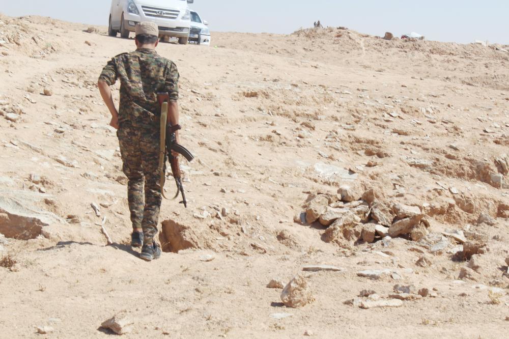 مقاتل من قوات «سورية الديموقراطية» على خط الجبهة مع «داعش».