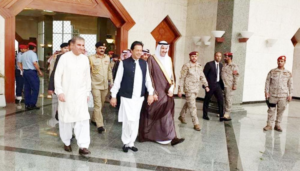 عمران خان لدى وصوله إلى المدينة المنورة أمس، وفي استقباله الأمير فيصل بن سلمان.