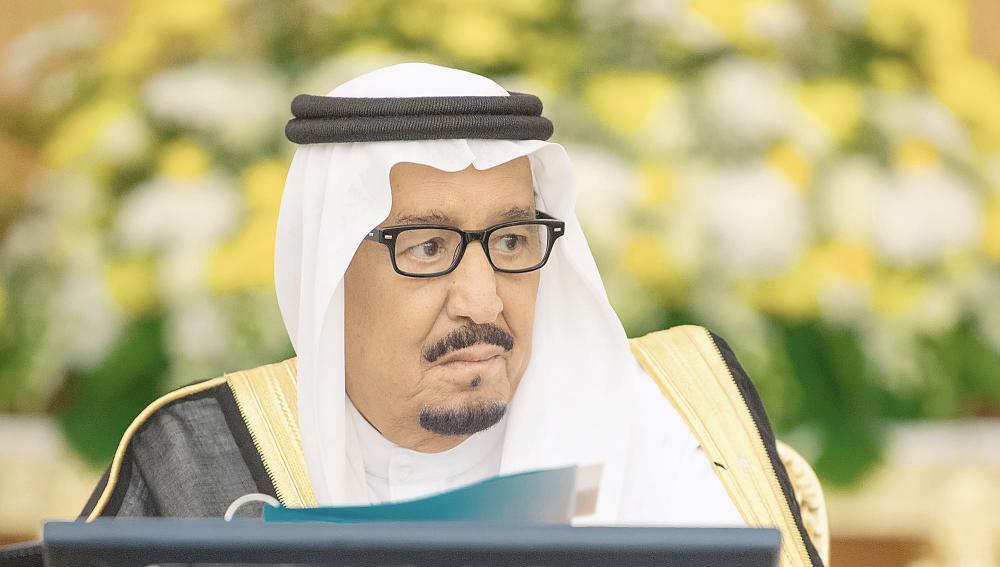 الملك سلمان مترئسا جلسة مجلس الوزراء أمس في جدة.