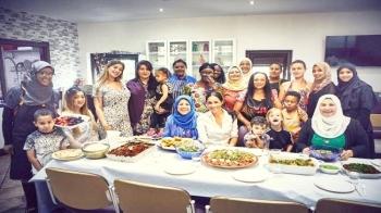 ميغان مع إحدى الأسر بعد مشاركتهم الطبخ.