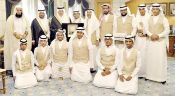 الأمير خالد الفيصل متوسطا عددا من منسوبي جمعية كافل. (واس)
