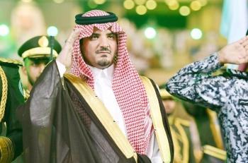 الأمير عبدالعزيز بن سعود مؤديا التحية العسكرية خلال الحفلة أمس الأول.