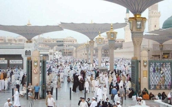 حجاج وزوار في الحرم النبوي