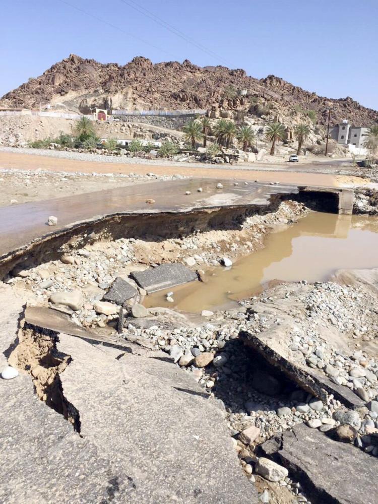 هكذا تدمر السيول مزلقان وادي القوباء.
