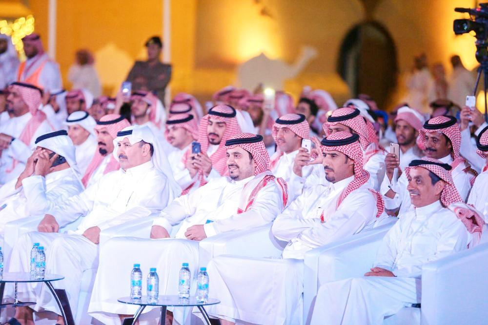 الأمير فهد بن جلوي يحضر إحدى أمسيات الشعر أمس الأول.