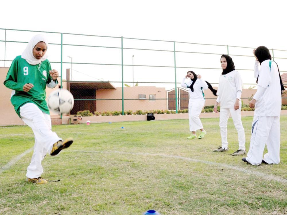 طالبات يمارسن كرة القدم في أحد الأندية.