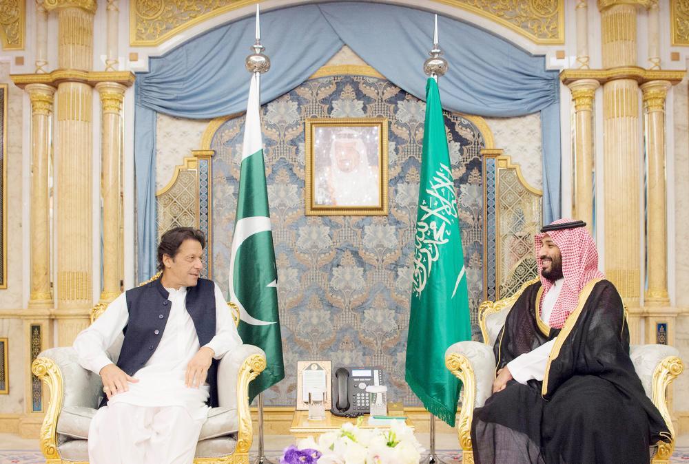 الأمير محمد بن سلمان مستقبلا رئيس وزراء باكستان أمس في جدة.