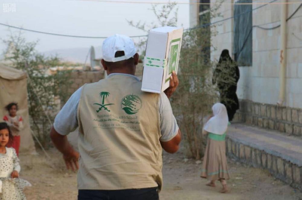 «سلمان للإغاثة» يوزع 1000 كرتون من التمور في مديريتي ناطع ونعمان