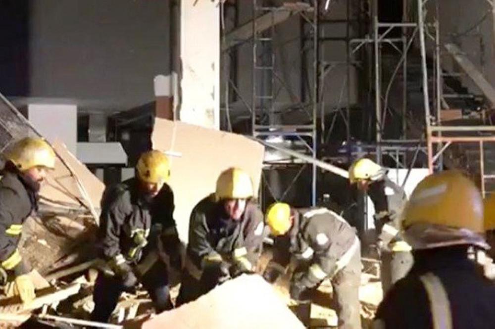 سقوط واجهة مبنى تجاري في حي العوالي بمكة