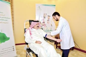الامير عبدالعزيز بن سعد متبرعا بالدم.