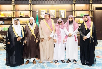 الأمير حسام بن سعود مع الزهراني وأقاربه. (عكاظ)