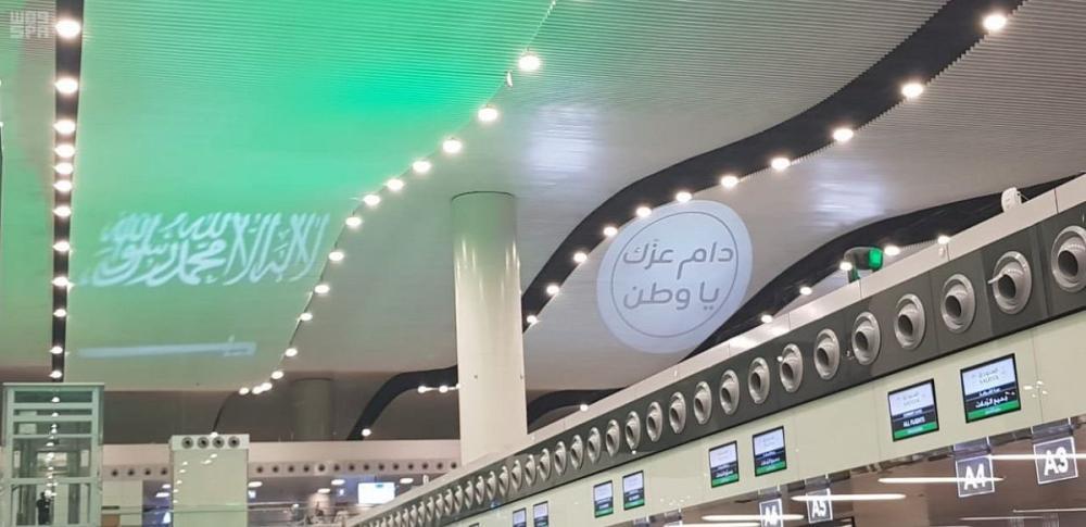 مطار الرياض يتوشح الأخضر احتفاء بيوم الوطن