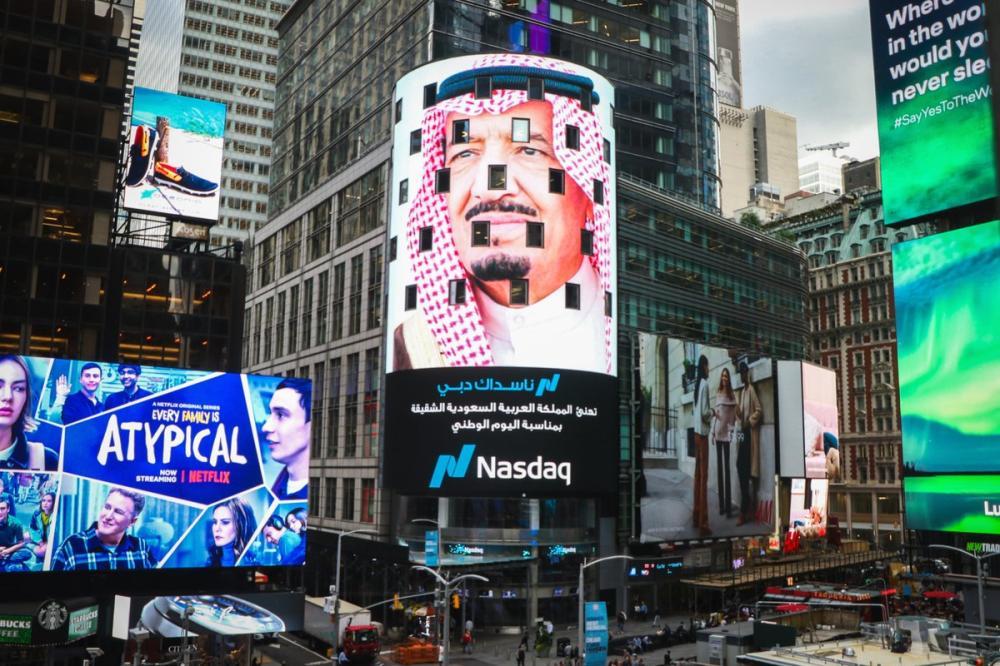 «التايمز سكوير» تتوشح بالأخضر.. صور القيادة السعودية تزين الساحة الأشهر في نيويورك
