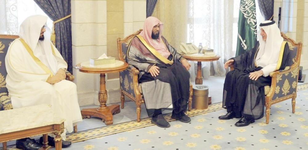 الأمير خالد الفيصل مستقبلا مدير فرع وزارة الشؤون الإسلامية والدعوة والإرشاد بالمنطقة.