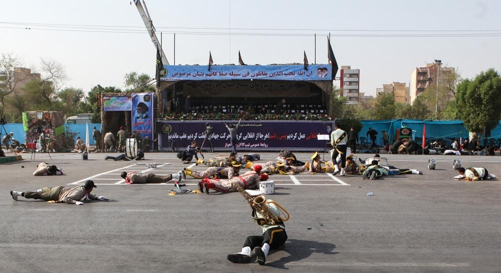 جنود عقب الهجوم على العرض العسكري