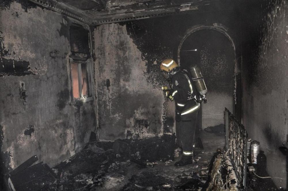عنصر إنقاذ يعاين الشقة بعد إخماد الحريق