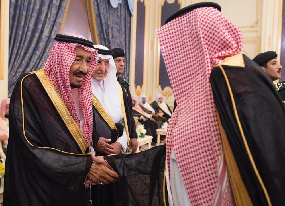 الملك مصافحا أحد المواطنين