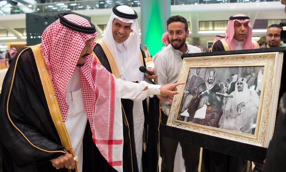 خادم الحرمين ووزير النقل يستعرضان صورة للملك المؤسس عبدالعزيز ونجله الملك سعود