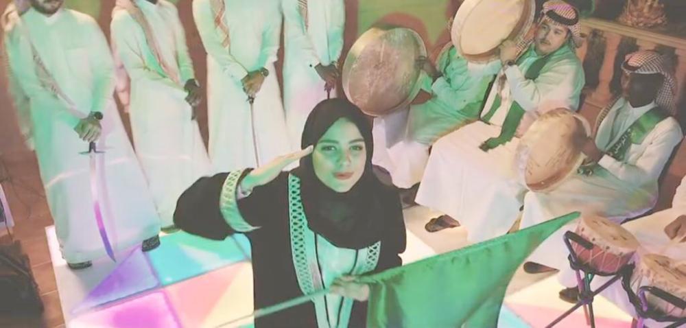 ليسا تؤدي التحية العسكرية أثناء تقديمها فقرة غناء الراب بالمدينة المنورة، أخيرا.