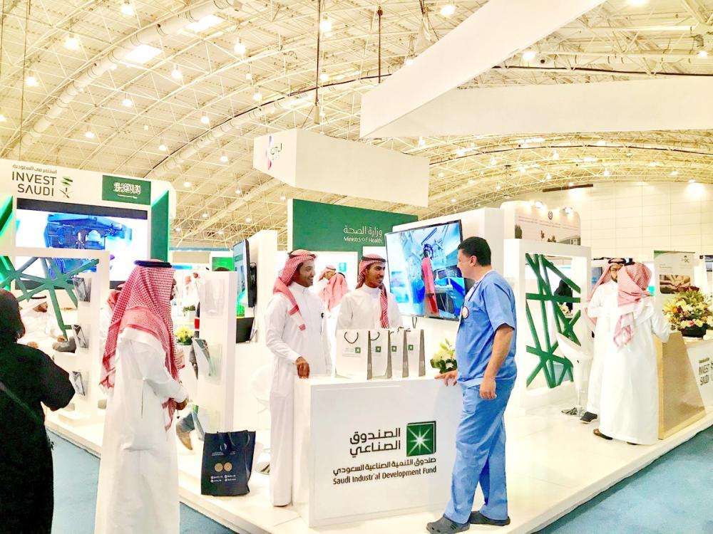 فريق الصندوق الصناعي يعرض المنتجات والخدمات للمستثمرين في إحدى الفعاليات. (عكاظ)