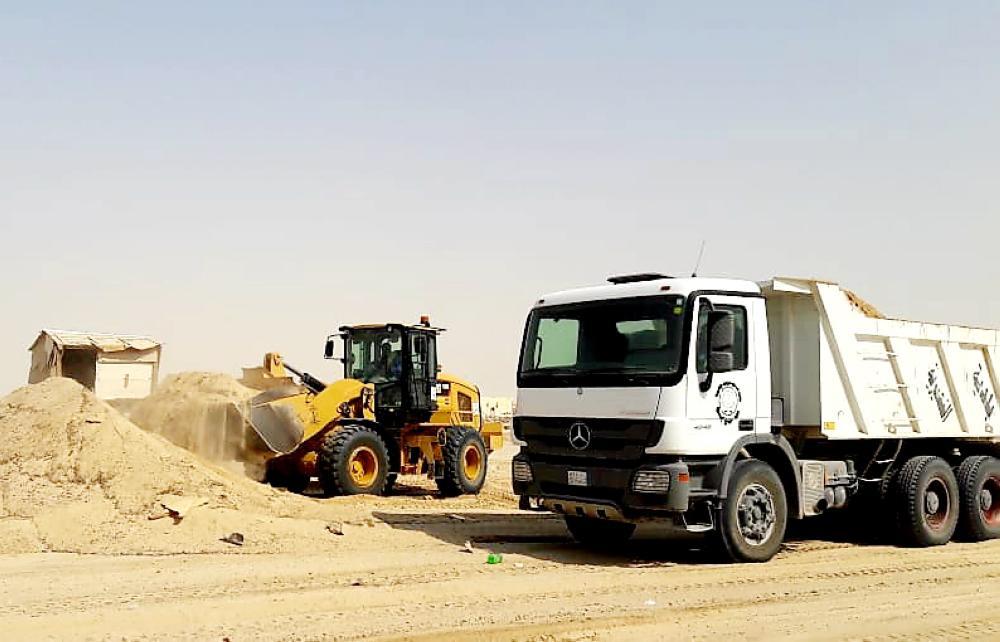 النعيرية: رفع أنقاض ورمال بسوق الأغنام