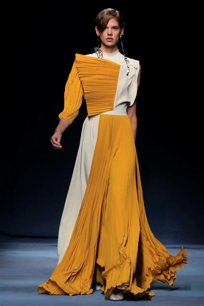 جديد Givenchy «ثنيات ناعمة».. وملابس سهرة براقة