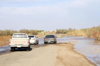 السيول تعزل قرى الحفيرة عن الطريق الرئيسي. (عكاظ)