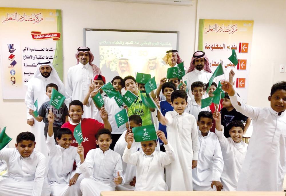 فعاليات اليوم الوطني في المدارس الحكومية نجحت في إبراز القيم الوطنية بشكل يجعلها نموذجا يقتدى به. (عكاظ)