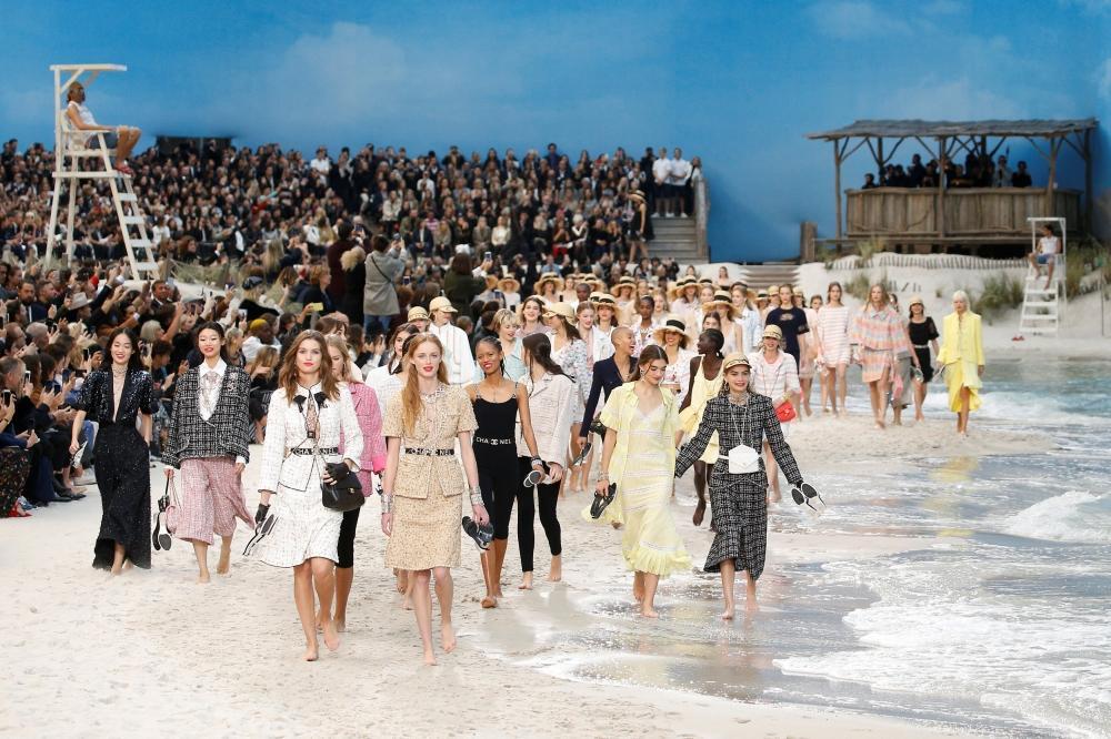 أمواج بحر ورمال.. مفاجأة CHANEL في أسبوع الموضة