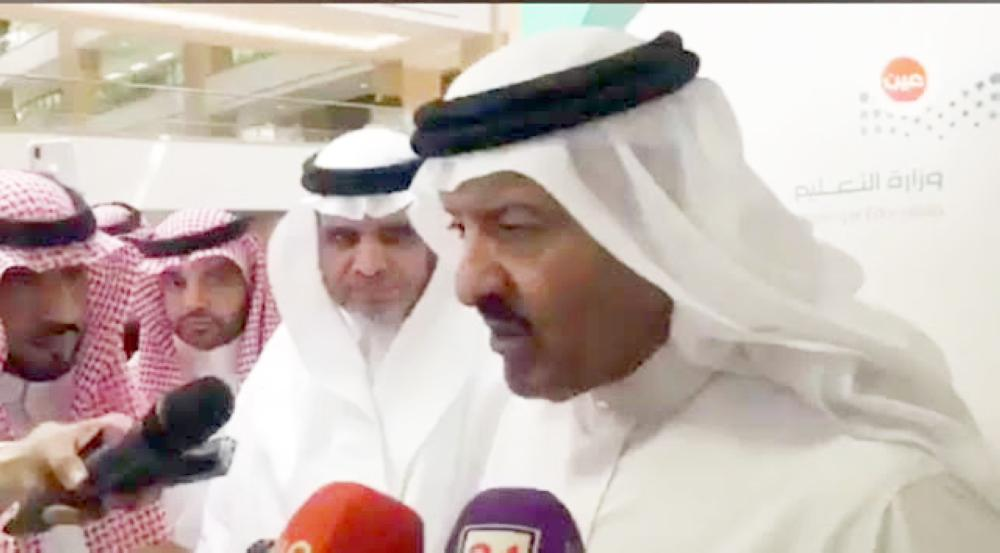 الأمير سلطان بن سلمان متحدثا عقب حضوره حفلة يوم المعلم. (عكاظ)
