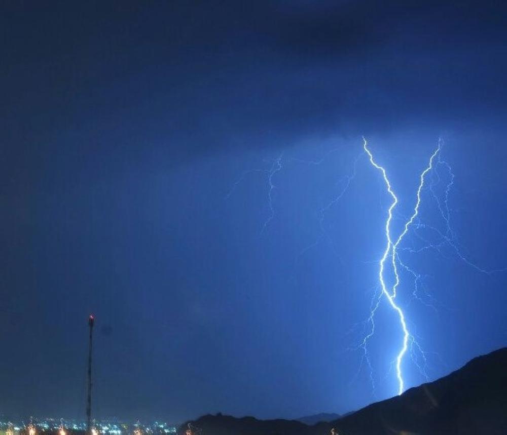 العواصف الرعدية تضيء سماء محايل عسير
