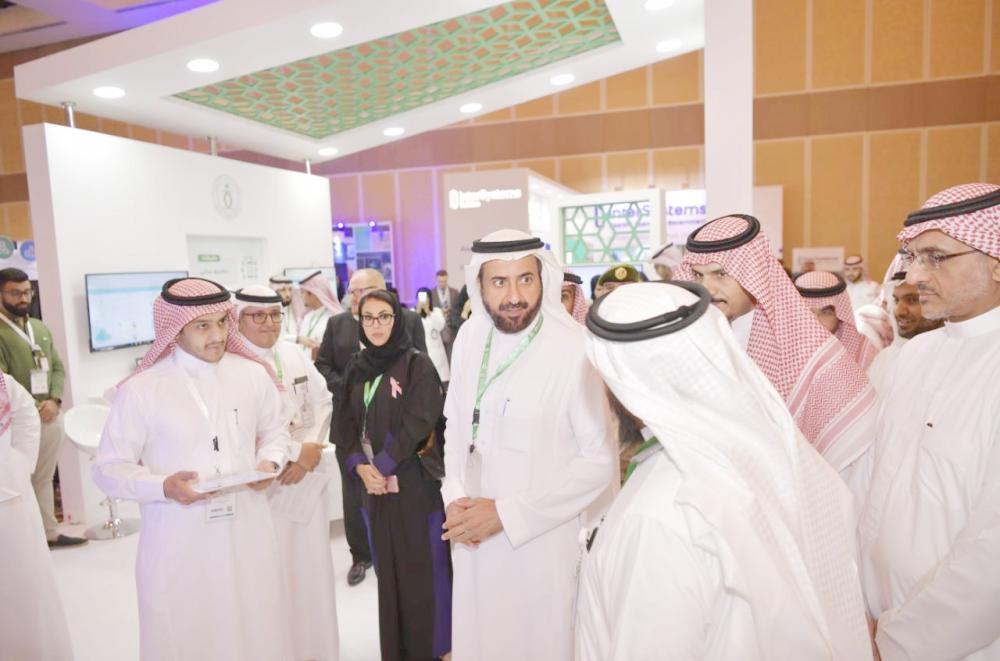 وزير الصحة مفتتحا المعرض المصاحب لمؤتمر الصحة الرقمية. (عكاظ)