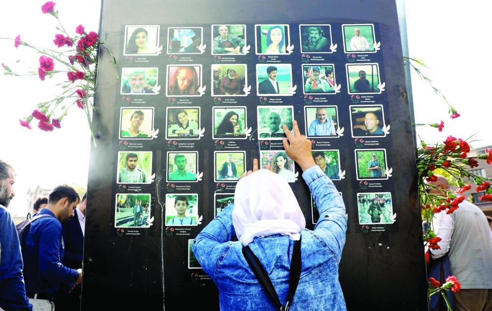مظاهرة تركية لذكرى ضحايا الهجمات الإرهابية التي ضربت أنقرة في 2015، وراح ضحيتها 103 أشخاص. (أ ف ب)