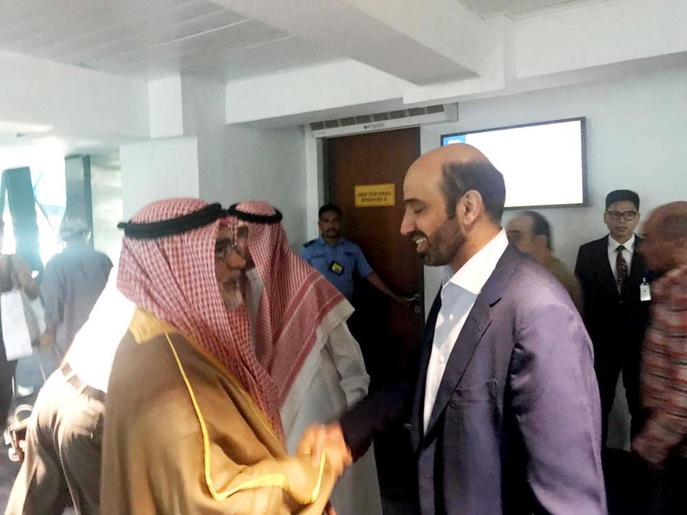 وزير العمل لدى وصوله أمس إندونيسيا وفي استقباله سفير خادم الحرمين بجاكرتا.
