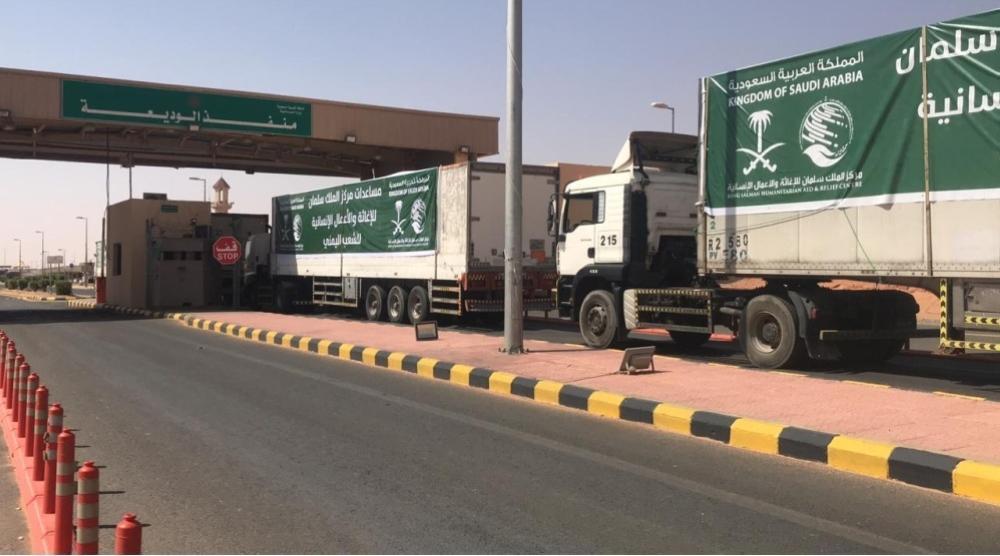 14 شاحنة إغاثية سعودية تعبر منفذ الوديعة إلى تعز