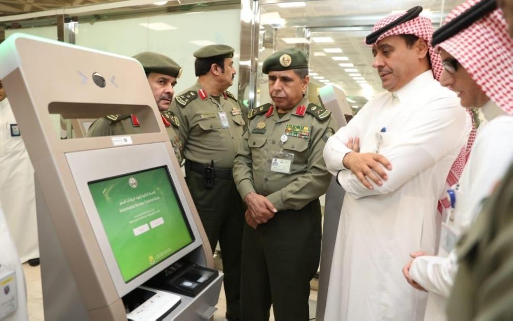 بدء التشغيل التجريبي لأجهزة الخدمة الذاتية بجوازات مطار الملك خالد