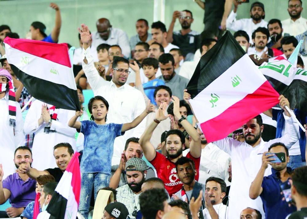 جماهير عراقية حضرت اللقاء أمس.