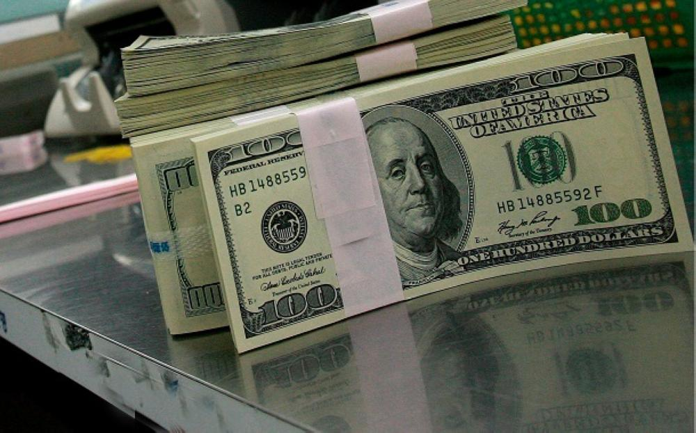الدولار يعوض خسائره مع انحسار موجة هبوط الأسهم
