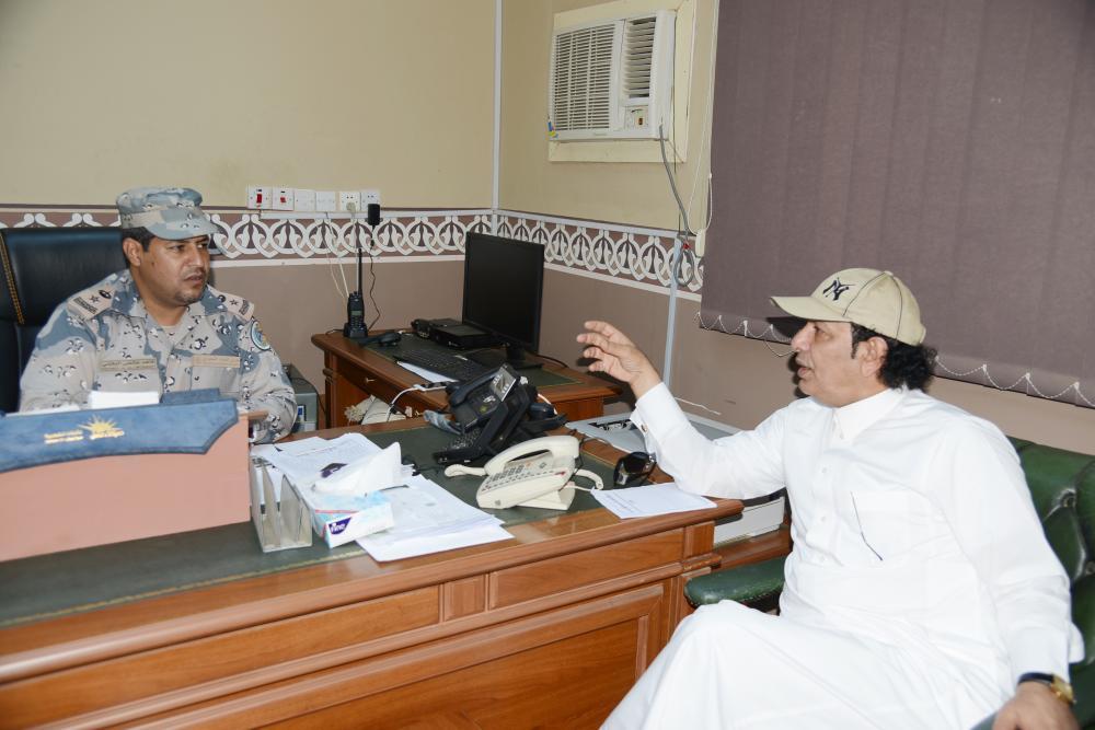 البقمي يتحدث للزميل عبدالله آل هتيلة.