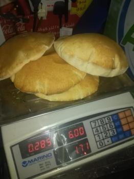 وزن الخبز 285 جرام لأربعة أرغفة أنفوجراف: أوزان الخبز المعتمدة 510 لربطة الخبز الأبيض 510 لربطة الخبز الصامولي 400 لربطة الخبز الأسمر.