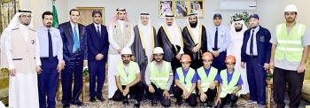 الأمير جلوي بن عبدالعزيز مع أعضاء برنامج الصيانة التطوعية. (عكاظ)